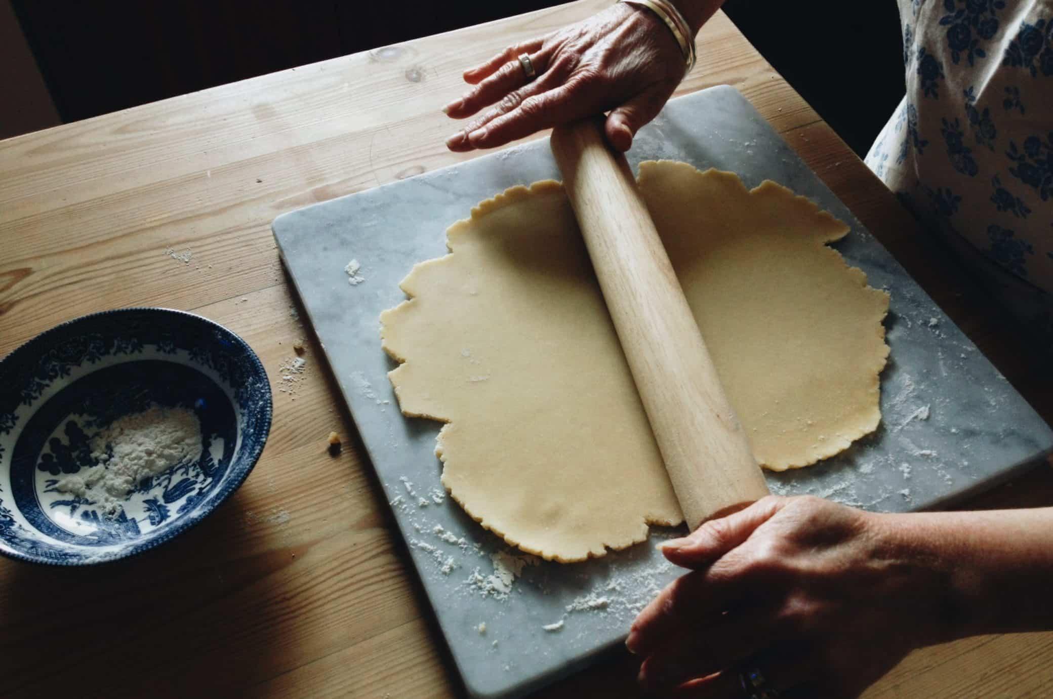 o que fazer na quarentena aprendendo a cozinhar fazendo massa de bolo com rolo de madeira